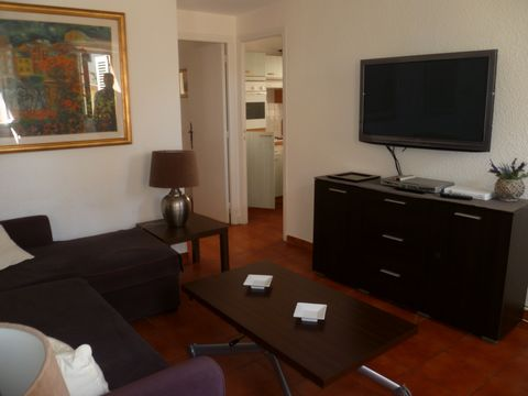 2 bedroom apartment situated in the center of Cannes, within 5min walk to Palais des Festivals. It is composed as follows: - living room with sofa and tv - independent kitchen - bedroom n°1 with two single beds - bathroom with toilet * on the higher ...