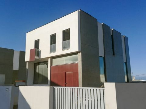 Located in Santa Cruz. Villa with Sea view on the beach of Santa Cruz with great location; Very high quality finishings; Underfloor heating in the rooms; Pre-installation for air conditioning; Balconies and terraces with Deck Ceramic-coated; Pool, Ou...
