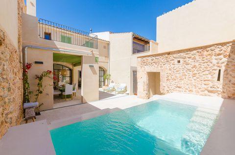 Fantástica casa de piedra mallorquina, con piscina privada, situada dentro del pueblo de Campos, donde 6 personas pueden disfrutar del encanto del interior de la isla. ¿Qué les parece comenzar el día con un rico desayuno bajo la terraza cubierta de c...
