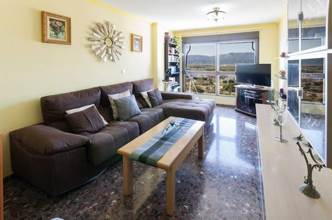 Some amazing views over the mountains and the Jucar river will be your company every day of your vacation in this apartment for 4 people, located about 1 km away from the beach in Cullera The cosy balcony, accessed from one of the bedrooms, is the pe...