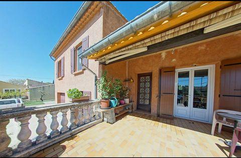 Proche d'Aubignan, au calme, cette belle villa de 200m2 environ comprend au rez-de-chaussée un vaste séjour, une cuisine indépendante et un bureau. Au