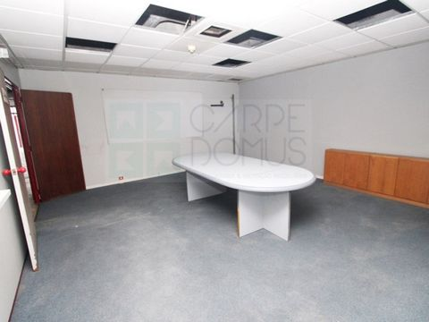 Commercial space on Rua Jorge Barradas in Benfica. It corresponds to a basement with windows and natural light. Normal direct access down the street. Consisting of ample space with removable partitions, 2 sanitary facilities and 5 parking spaces in t...