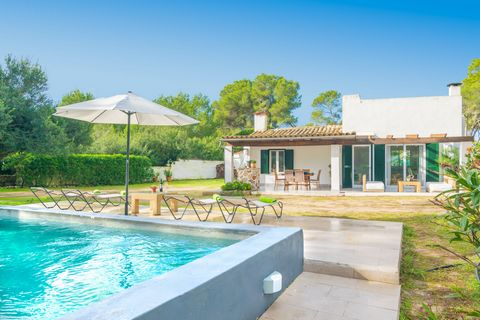 Welcome to this wonderful house located in ses Covetes, belonging to the municipality of Campos. With a beautiful private pool it offers accommodation to 4 guests. This is a very special accommodation since it is placed on a sandy piece of land. You ...