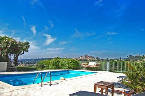 C'est une villa provençale typique située sur la colline en face du château historique du Haut de Cagnes. L'espace habitable est de 200 m2 et dispose de quatre chambres avec air conditionné dans la chambre principale, le hall principal et le salon. L...