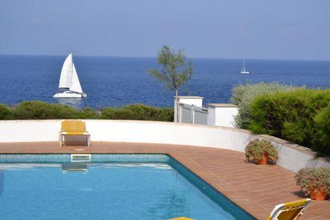Villa en primera línea en Menorca (Islas Baleares) con espectaculares vistas al Mediterráneo. 155m2 construidos en una parcela de 820m2 en excelente estado. 3 dormitorios, 3 baños, cocina totalmente equipada y salón-comedor muy luminoso con vistas al...