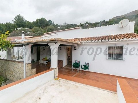 Finca style country property in Cómpeta, 3 bedrooms, 1 bathroom, terrace, pool, plenty of garden space and lovely sea views.