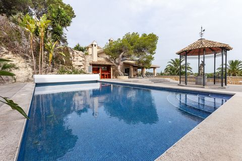 Welcome to this incredible one-storey house, with private pool, in Cullera. It can accommodate up to 6 guests. This impressive house is perfect for big families. Its exteriors are really simple and cosy at the same time that these offer fantastic vie...