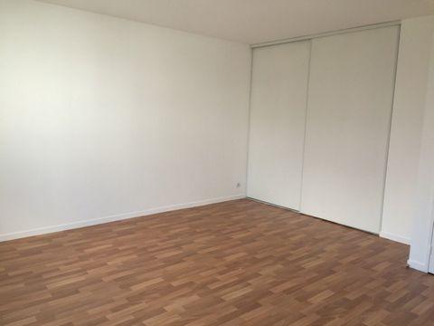 VILLAGE. Dans résidence récente et de standing, idéalement située au calme, à proximité des commerces et transports, spacieux studio de 31 m² parfaite
