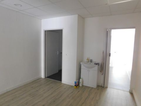 A louer local de 50 m2,au rez de chaussée, en plein centre de Barbotan. Il est disposé de la façon suivante : Une salle d'attente Une grande cellule Un bureau Un wc séparé Bail 3/6/9 Loyer : 500 E HT (600 E TTC) Caution : 500 E Honoraires : 335 E
