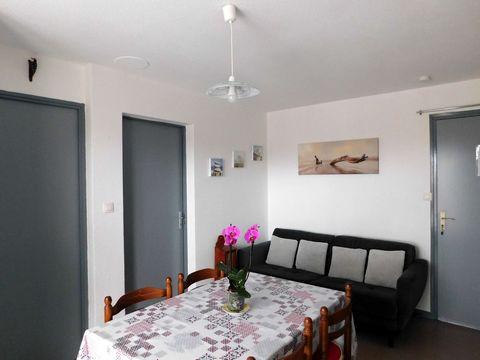 Appartement à louer, à Barbotan, tout confort et bien équipé de 40 m2, classé 2*, 2 chambres, dans une résidence calme, au 3ème étage avec ascenseur à 200 m des Thermes, pouvant accueillir jusqu'à 4 personnes. Il comprend : 1 salle à manger avec cana...