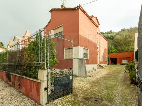 Excellent villa with 427 m2 of private gross area, inserted in a land of 975 m2, located on Avenida Almirante Gago Coutinho, between the Airport and Areeiro. It has a typology T9 and has a magnificent outdoor space at level level 0, with storage hous...