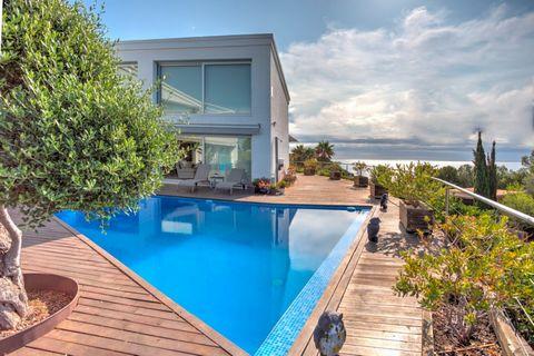 La villa está diseñada con arquitectura de vanguardia, habitaciones amplias y luminosas con una excelente conexión con las áreas al aire libre que brindan una vida de lujo tanto de día como de noche. Ubicada en una de las zonas más selectas y tranqui...