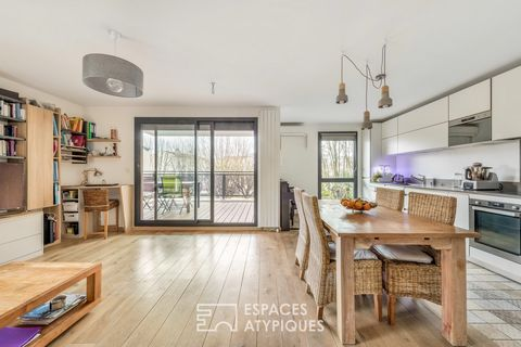Located in Caluire et Cuire in the immediate vicinity of the Croix Rousse, this apartment takes place on the 2nd floor of a building from 2016. This 85m2 carrez property has been completely renovated, giving access to a beautiful, quiet terrace facin...