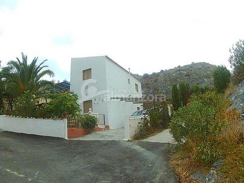 Una buena propiedad moderna de estilo Cortijo en venta en la Rambla de Oria aquí en la zona norte de la provincia de Almería. La propiedad de dos pisos tiene un agradable jardín sombreado y un patio en la parte delantera y una pequeña piscina con áre...