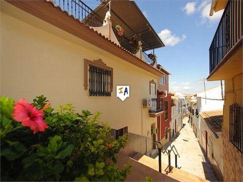 Esta gran propiedad con 159 m2 de construcción ha sido bien mantenida por los actuales propietarios y se encuentra cerca de todas las comodidades para que disfrutes del estilo de vida español. Todas las habitaciones son grandes y también podrá disfru...