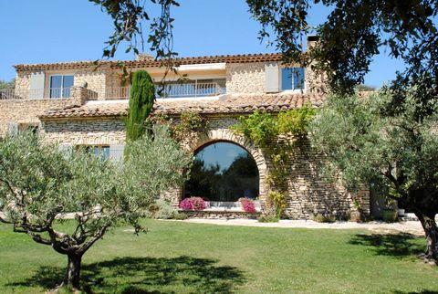 Propriété de plus de 380 m2 de surface utile sur plusieurs niveaux sur terrain clos de 5600 m2 en position dominante, en restanques plantées d'olivie