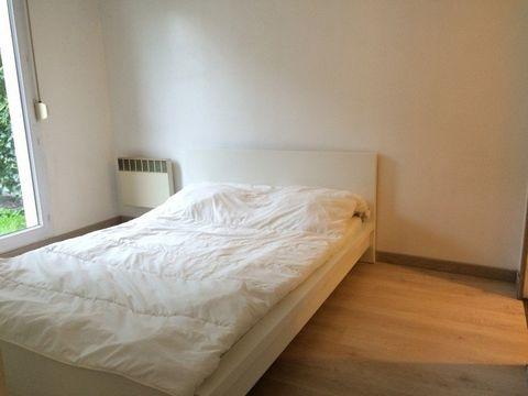 VILLAGE. Ravissant 2 pièces de 46 m² en rez-de-chaussée avec jardinet dans petite copropriété récente. Il comprend: entrée avec placard, spacieux séjour de 22 m², cuisine aménagée, chambre avec placard, salle de bains, wc séparé. Place de parking pri...