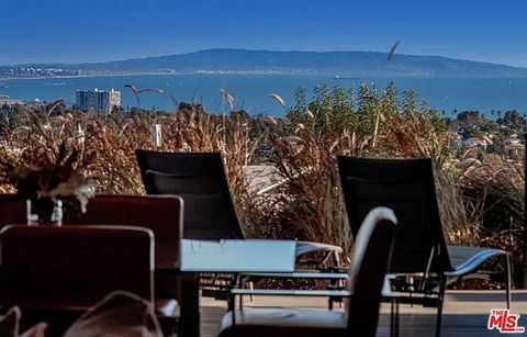 Experience a new level of excellence where art meets design, overlooking panoramic Queens Necklace ocean views by day, and jewel-like city lights views by night. This home is the perfect coupling of warm, modern sophistication and Californias indoor-...