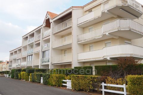 This apartment of 25 m² located 250 m from the beach of Pontaillac in a residence with pool, offers a living room (with convertible) opening onto a terrace, a kitchenette, a bedroom with a bed of 140, a bathroom. water and an independent toilet. This...