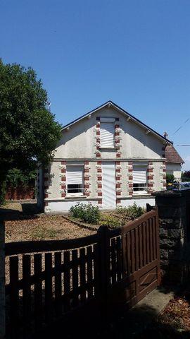 Maison se composant au rez-de-chaussée d'une cuisine, d'une salle de bain, WC, une pièce à vivre, et une chambre soit environ 45m2.Étage sous comble e