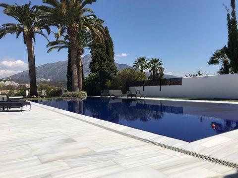 SITUACIÓN: Entre Marbella y San Pedro, a escasos minutos de Puerto Banús y de todos los servicios. OBJETO: Espectacular Villa con jardín y piscina privados. Vistas al golf y a la montaña. EQUIPAMIENTO: 5 dormitorios, 5 baños, cocina equipada, lavader...