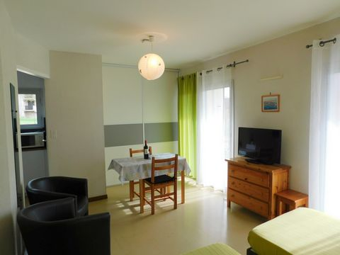 A louer studio de 25 m2, en rez de chaussée, avec terrasse couverte et jardinet à 800 m des thermes. Il se compose de la façon suivante : Une entrée de 1.42 m2 Une pièce à vivre de 16.14 m2 Une cuisine séparée de 3.05 m2 Un wc séparé de 0.87 m2 Une s...