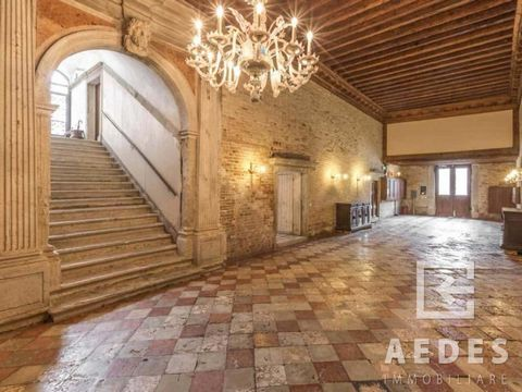 Located on the third and last floor of an important palace of 1700 expertly restored in 1994, this bright apartment was completely renovated in 2007. The property is cared for down to the last detail and offers a splendid view of the Rio del Malcanto...