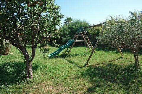 Vente maison 66300 Saint Jean Lasseille. Villa 4 faces d'environ 190 m2 SH sur un terrain de 2000 m2 avec piscine. RDC: entrée avec placard, salon-séj