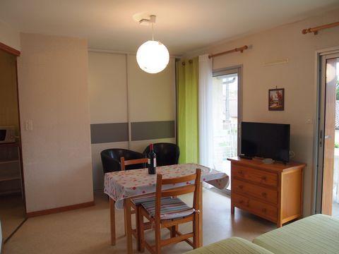 A louer studio de 25 m2, au 1er étage, avec terrasse couverte à 800 m des thermes. Il se compose de la façon suivante : Une entrée de 1.42 m2 Une pièce à vivre de 16.14 m2 Une cuisine séparée de 3.05 m2 Un wc séparé de 0.87 m2 Une salle d'eau de 2.98...