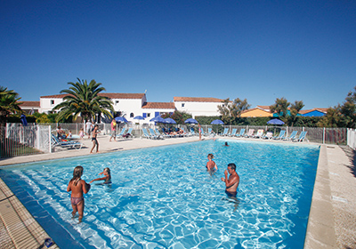 The residence in the southwestern part of the island in Château d'Oléron just 100 meters from the sea and 400 meters from the nearest shops. The beautiful beaches of Grand Village and Saint Trojan are 4 to 8 km away. The residence consists of two sem...