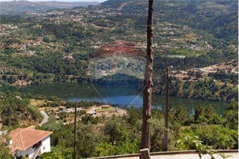 Excelente terreno com vista sobre o rio Douro. Fica a cerca de 2 km da albufeira de Carrapatelo. O terreno é rústico e pode ser passado a urbano pois está inserido numa zona urbana habitacional e de acordo com PDM do Marco de Canaveses. O terreno tem...