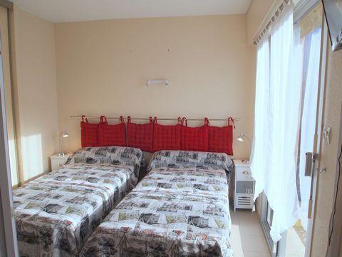 Appartement T1 bis à louer tout confort et bien équipé, de 25 m2, au rez de chaussée dans une résidence calme. Il comprend : 1 entrée 1 pièce à vivre, une table et ses chaises, 2 lits simples (literie neuve 2017), 1 TV, une terrasse couverte avec esp...