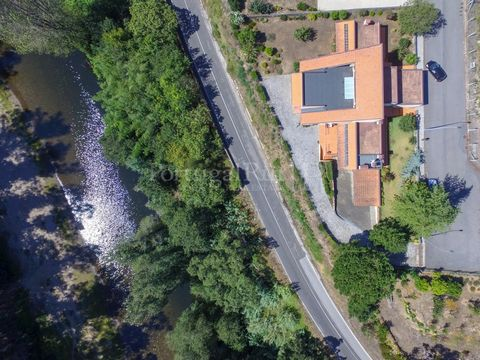 Author's villa with garden and land located just over 5 minutes from the city of Águeda, in direct contact with nature and near the river beach Souto do Rio, overlooking the mountains of Serra do Caramulo. With unique architectural features, all room...