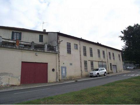 Batiment de 1100m2 dans un village dynamique à Castenau d'Auzan 32440 ,dans le gers 32,vitrine avec bureaux existants,quai de chargemet,ancien chais avec chaine d'embouteillage .trés bien situé! Contactez votre agent local :Michel LAFFARGUE -32800 Ea...