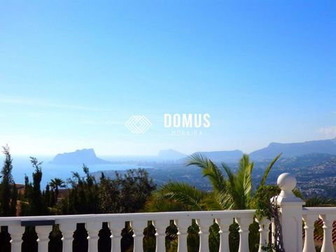 Impeccably presented and recently refurbished villa, this property offers a bright, spacious living space with magnificent views over the sea, valley and mountain to Cumbre del Sol. The villa comprises on two floors : 5 bedrooms, 2 of which are suite...