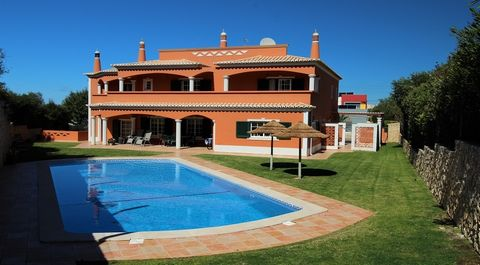 This beautiful Villa is situated on the outskirts of Alvor, in a quiet residential area just 5 min drive to the center of the village, lovely beaches and famous Penina Golf courses.This largeandwell maintained villa is build on 3 floors with high...