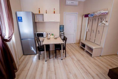 В 1 квартире-студии сделан дизайнерский евроремонт и установлена новая современная мебель: Комфортабельный и мягкий угловой диван, ванная комната с душевой кабинкой, стеклянный стол и 4 кожаных стула. ТВ SAMSUNG 3D, кондиционер, модульная мебель со в...