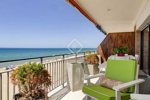 A beachfront apartment like this, measuring over 160 m² and with all home comforts, is a rare find. The property, which has been fully renovated in recent years, is accessed via a large hallway. From here we reach four large double bedrooms, two full...