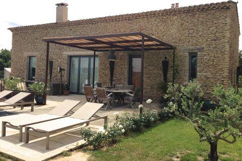 Sur 6000 m2 de terrain clôturé sur 3 côtés maison contemporaine entièrement revue par architecte local. Vue exceptionnelle sur le village de Gordes et