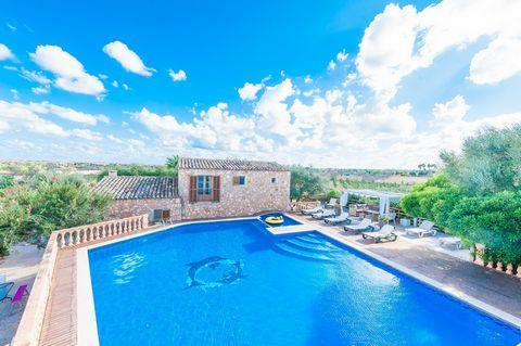 Maravillosa villa con piscina privada ubicada en Es Llombards, donde 10 hasta 12 personas encuentran un segundo hogar. La finca dispone de cuatro edificaciones que conforman una espectacular casa. En esta villa de ensueño destaca la gran piscina de 1...