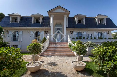Spectacular classic villa for sale in the residential area of Eliana, on a very large plot of more than 1,800 m². This beautiful home has incredible exteriors, with a natural grass tennis court, a garden, different terraces, outdoor dining area and a...