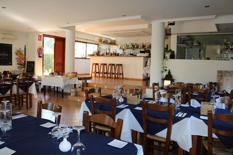 Business in Moraira for sale, possibility of restaurant, bed and breakfast, or other uses, very well located in Moraira, within 400 m from the beach and amenities. In a plot of 2400 sq.m. and approximately 409 sq.m building. The restaurant, on the gr...