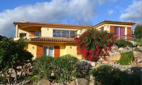 Belle villa sur les Hauts de la Capicciola, vue mer, sur 2 niveaux, de 135m2 habitables, à Ste Lucie de Porto-Vecchio et à 10 minutes des magnifiques