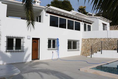 Villa en Moraira, parcialmente renovada en 2020, lista para entrar a vivir. A tan solo 500 m de servicios y a 1,5 km del centro del pueblo y playas. Bonitas vistas abiertas y al mar. La casa tiene 2 plantas independientes, la vivienda principal const...