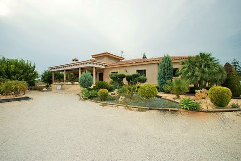 Property and Location:and#13;and#13;We are pleased to be able to offer you this spacious and peaceful country residence. The property is located within easy reach of Elche, Crevillente La Marina and Alicante. It has easy access to the motorway and th...