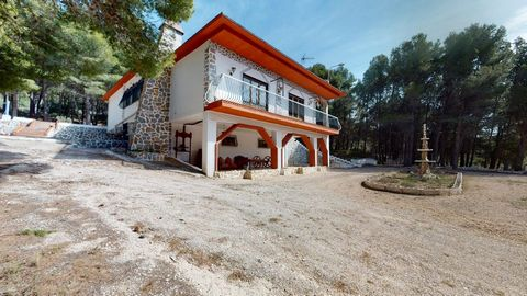 This wonderful villa is located in the heart of the Sierra de Catí between Castalla and Petrer, where you will be surrounded by nature. Its access is very good since it has a perfectly paved road either coming from Castalla or from Petrer. The house ...