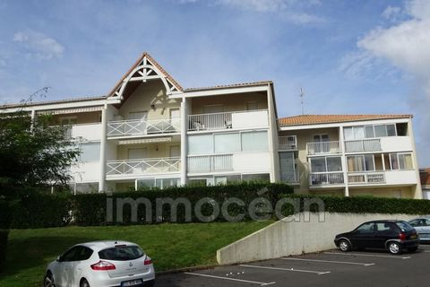 this apartment of 30 m² located 300 m from the beach of pontaillac in a residence with swimming pool, offers a living room with a kitchen opening onto a closed veranda, a room with a bed of 140, a cabin room with a bed of 90, a shower room, an indepe...