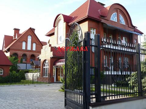 Лот №bl3194157. Сдается жилой коттедж в престижном, зеленом районе города - Дубрава. Тихое красивое место, рядом лес, отличная транспортная доступность. Общая площадь 425,5 м.кв, земельный участок 1575 м.кв. Дом, все помещения и территория ухожены, в...