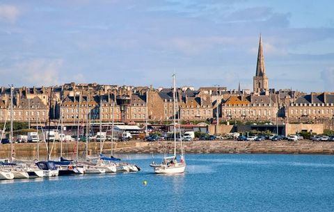 At 3.5 km from the historic center of Saint-Malo, 1.5 km from the Thermes Marins and 100 meters from the Pont-beach, the residence is a house built in the typical Breton style. It consists of 2-room apartments for 4 people equipped with kitchenette (...