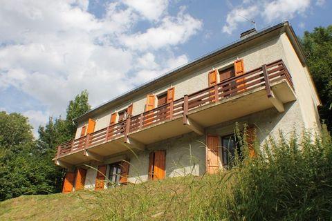 Oz en Oisans. Dans un hameau de la commune, grande maison composée de 4 appartements avec vue dégagée. 1 studio, 1 appartement 1 chambre et 2 appart